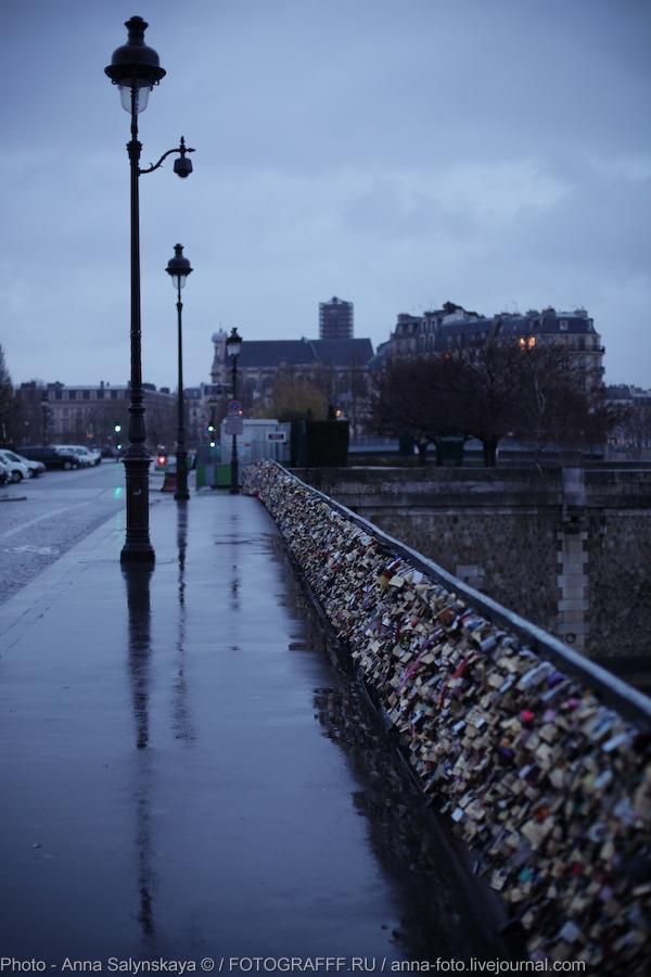 Мост с замками в Париже